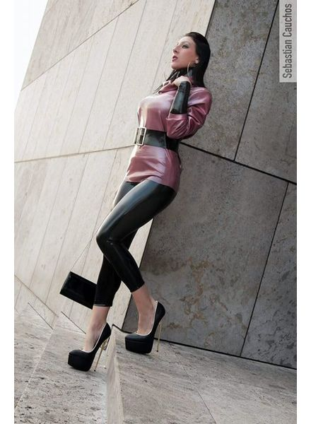Giaro Mistress Anita Divina in gold heeled HERO's