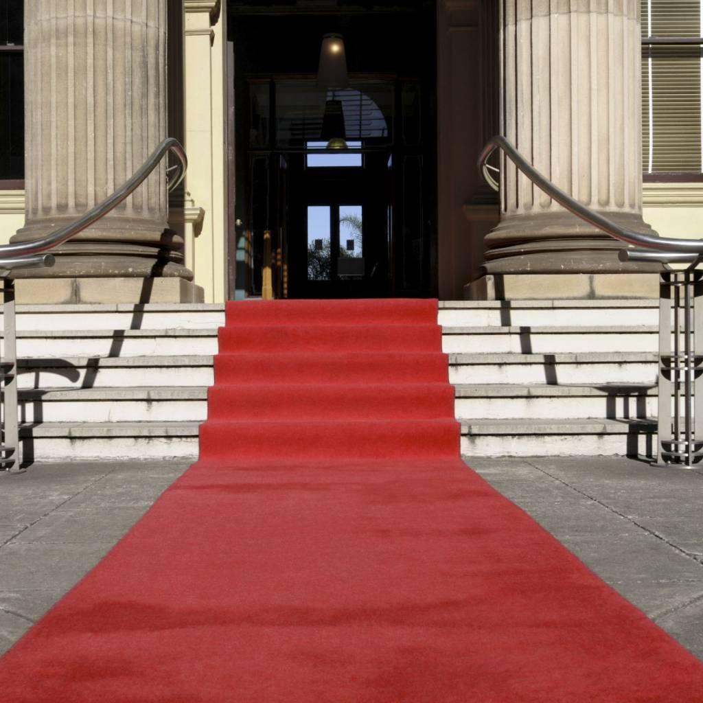 escalier tapis rouge fashion designs. Black Bedroom Furniture Sets. Home Design Ideas