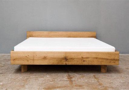 Bett schwebend aus Eiche