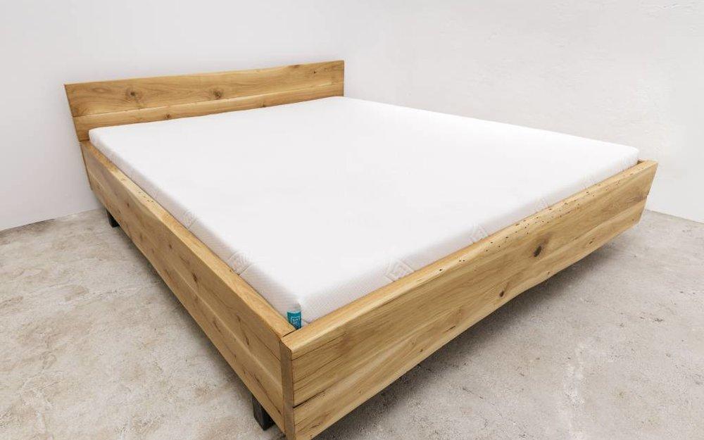 woodboom Bett schwebend aus Eiche mit Metallfüßen