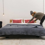 woodboom Bett schwebend, schwarz lasiert, Eiche Kopfteil