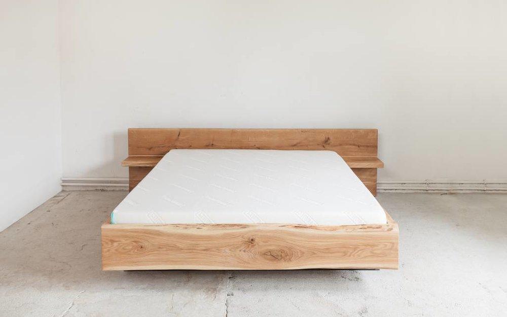 Bett mit Nachttischen