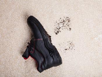 Hoe verwijder je modder uit een vloerkleed