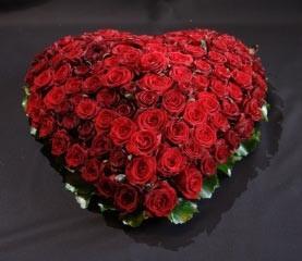 Bloemenhart met rode rozen