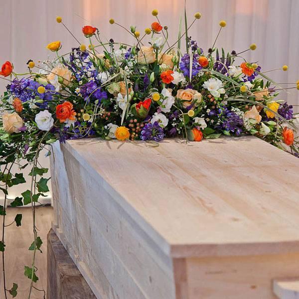 Tuin rouwstuk op de kist
