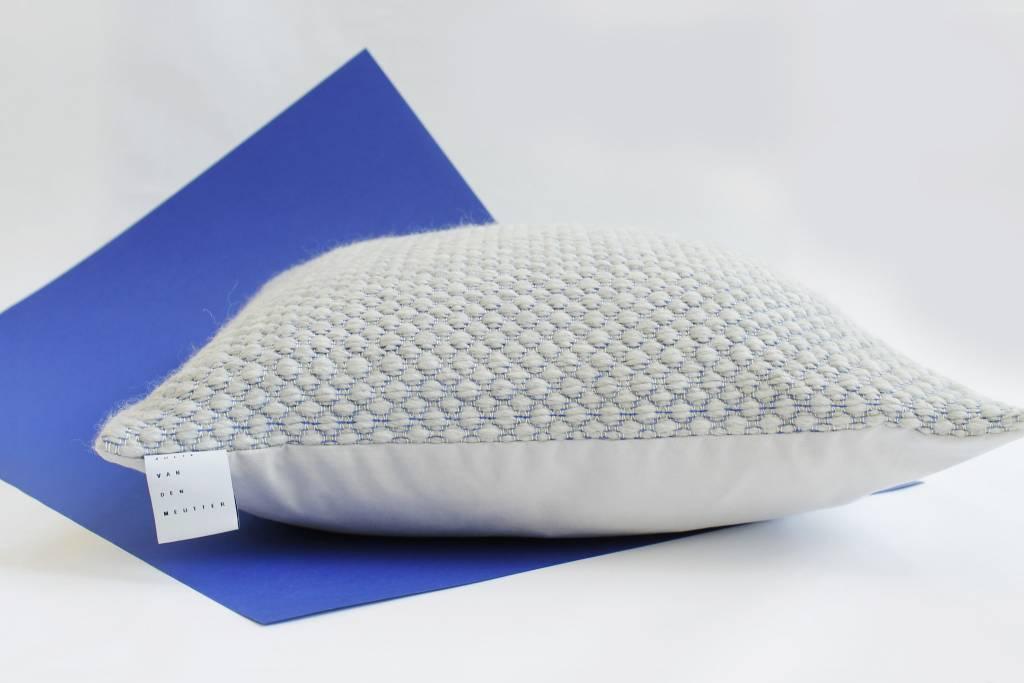 Kussens Blauw Grijs : Handgeweven kussen grijs met detail van blauw boem bvba