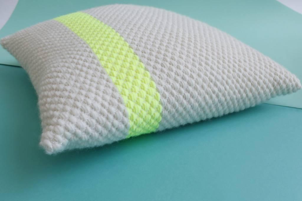 Julie Van Den Meutter Handgeweven kussen - Off white met detail fluo geel