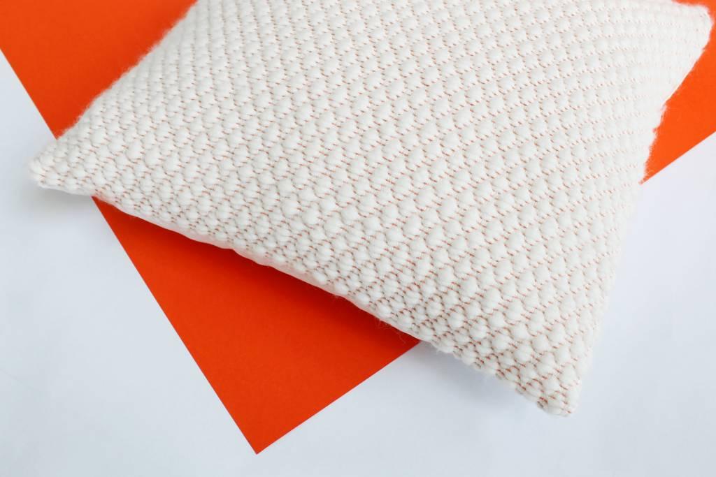 Julie Van Den Meutter Handgeweven kussen - Off white met detail vermiljoen