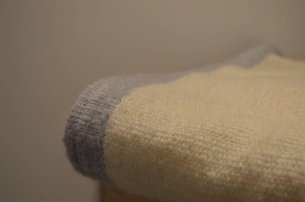 Julie Van Den Meutter Handwoven blanket - Off white met detail van grijs