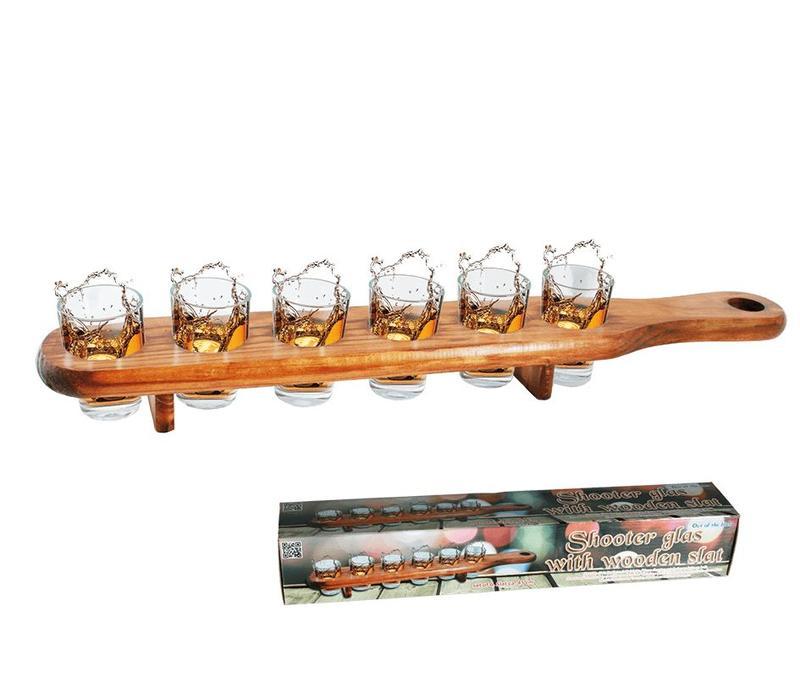 Shotglaasjes in houtenplank