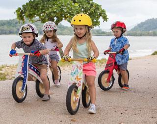 Kinderen met fietshelmen