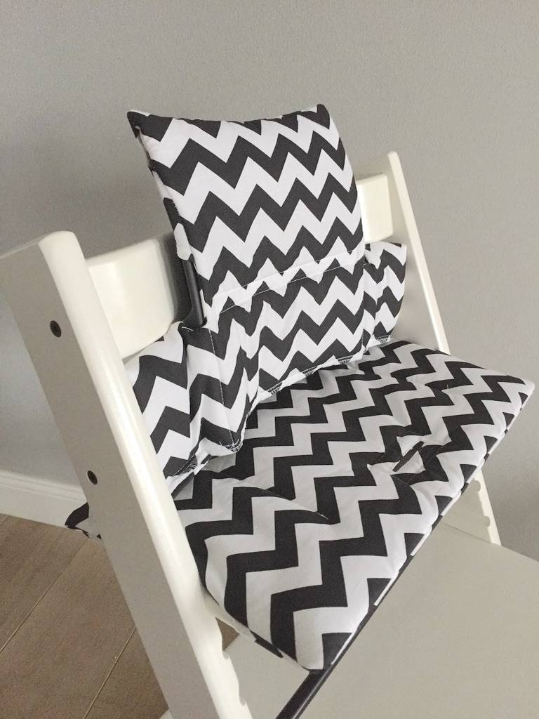 coussin chevron noir pour chaise haute stokke tripp trapp puckdaddy puckdaddy. Black Bedroom Furniture Sets. Home Design Ideas