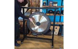 Zware gongstandaard gebouwd