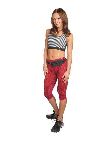 Train met gewichten in de sportschool. kweek buikspieren op de mat. luister naar muziek tijdens het hardlopen ...