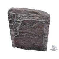 Roodachtige grafsteen met kruis en geknakte aar