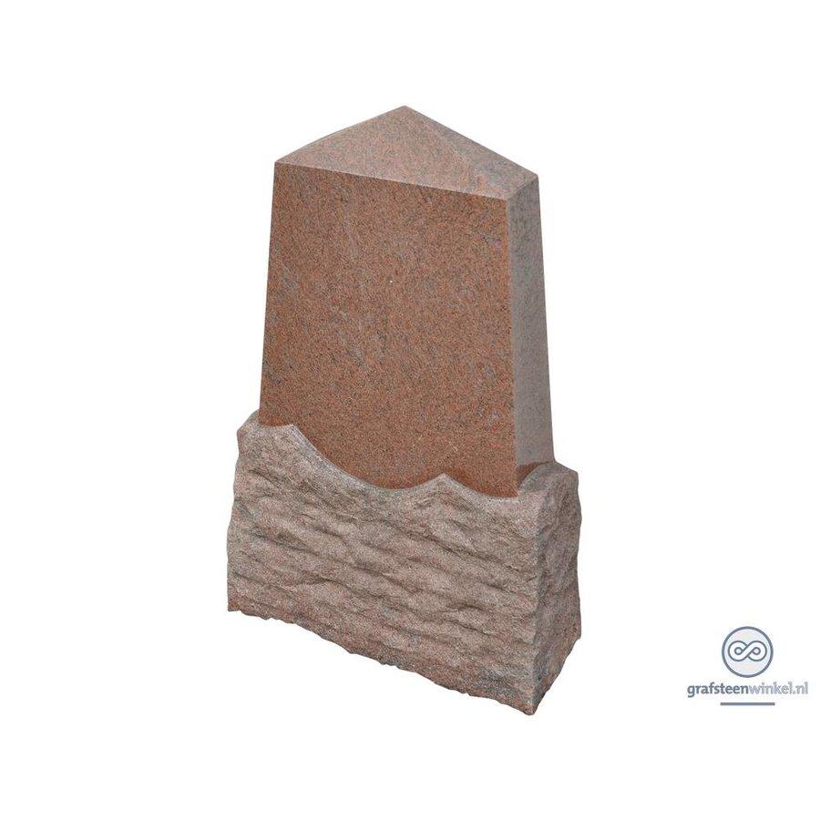 Pyramide vormige grafsteen met uitgehakt onderstuk