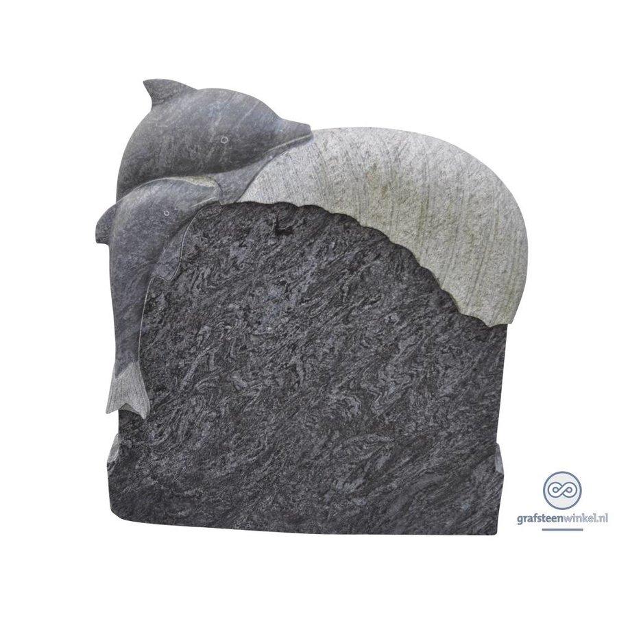 Zwarte kleine grafsteen met gebeeldhouwde dolfijn op bovenzijde