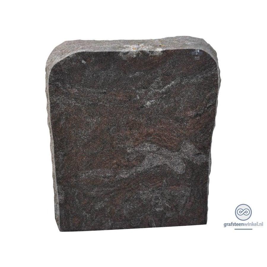 Grijze grafsteen met afgeronde en getrommelde bovenzijde