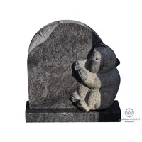 Zwarte kleine grafsteen met gebeeldhouwde beer
