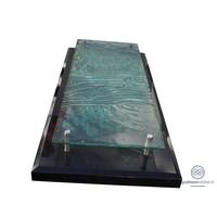 Zwarte afdekplaat met glazen plaat grafsteen