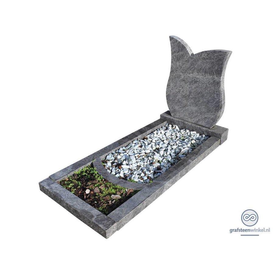 Grijze tulpvormige grafsteen met omranding en bloemvak