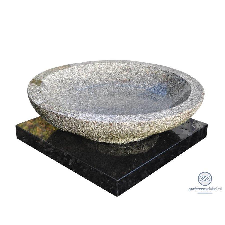 Zwarte grafsteen met granieten schaal