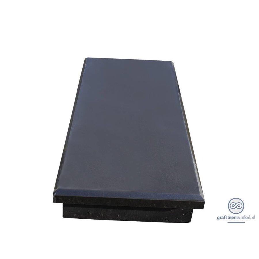 Zwarte granieten afdekplaat op verhoging-1