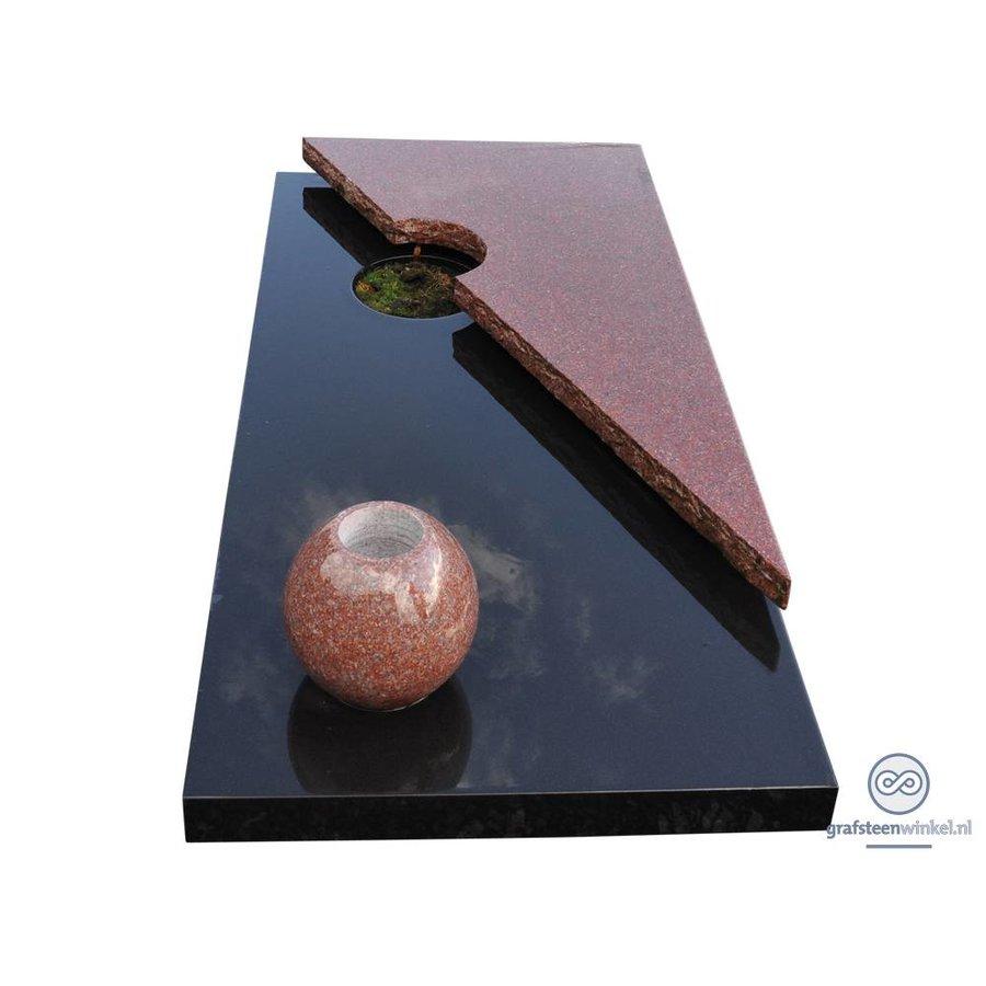 Zwart liggende grafsteen met bruine afdekplaat en vaas-1