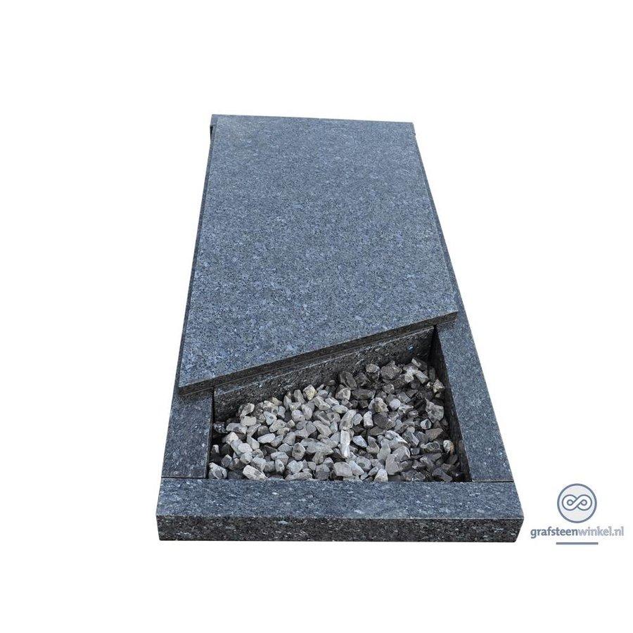 Grijze liggende grafsteen met afdekplaat-2