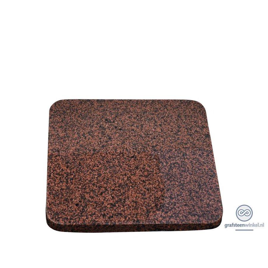 Roodachtige vierkante grafsteen met afgeronde hoeken-2
