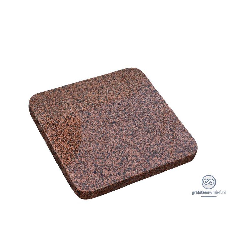 Roodachtige vierkante grafsteen met afgeronde hoeken-1