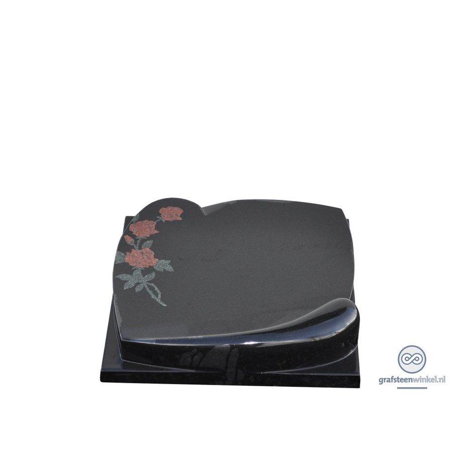Zwarte liggende grafsteen met gravering en roos afbeelding