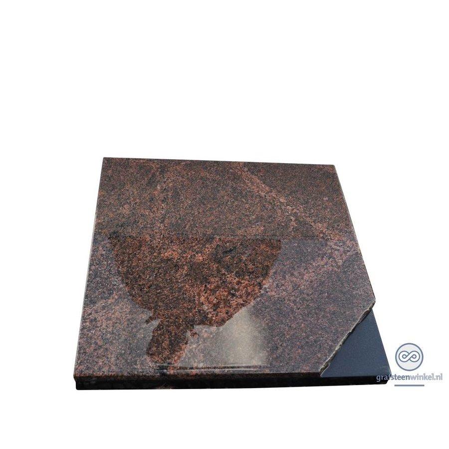 Bruinachtige grafsteen met zwart detail-2