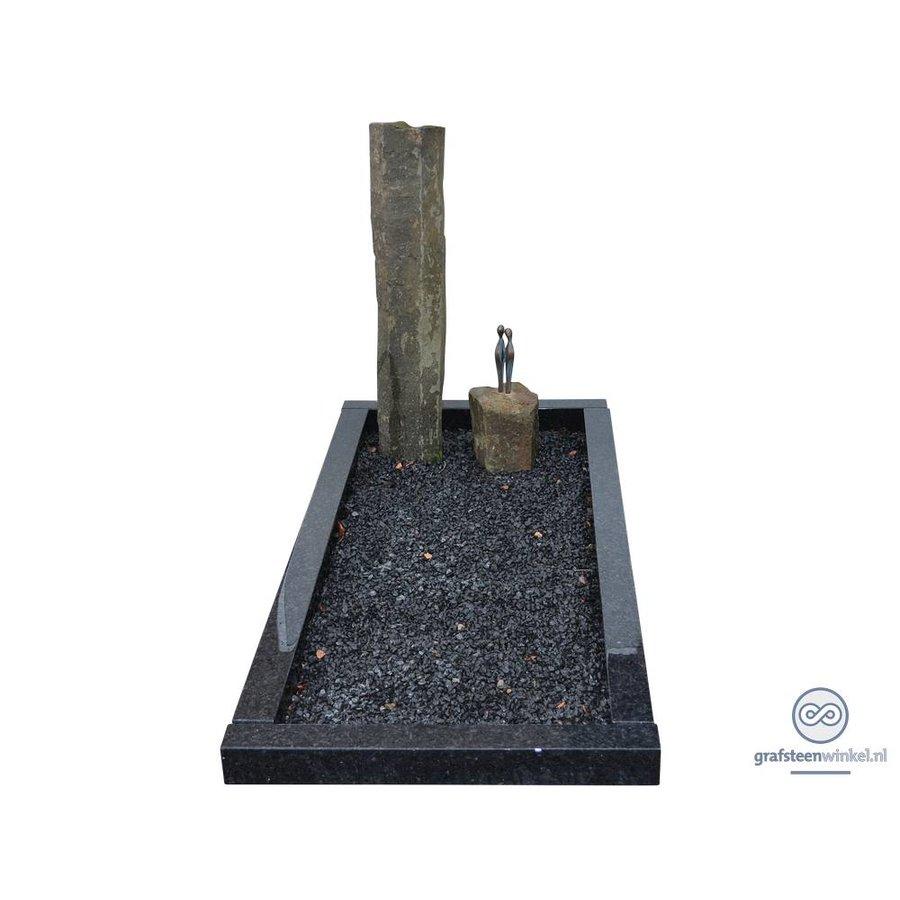 Twee basalten zuilen grafsteen met zwarte omranding-1