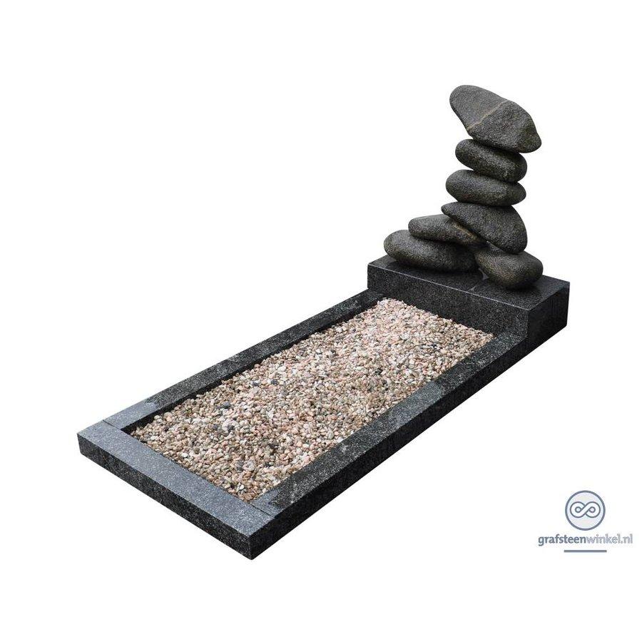 Gestapeld stenen met groenachtige omranding