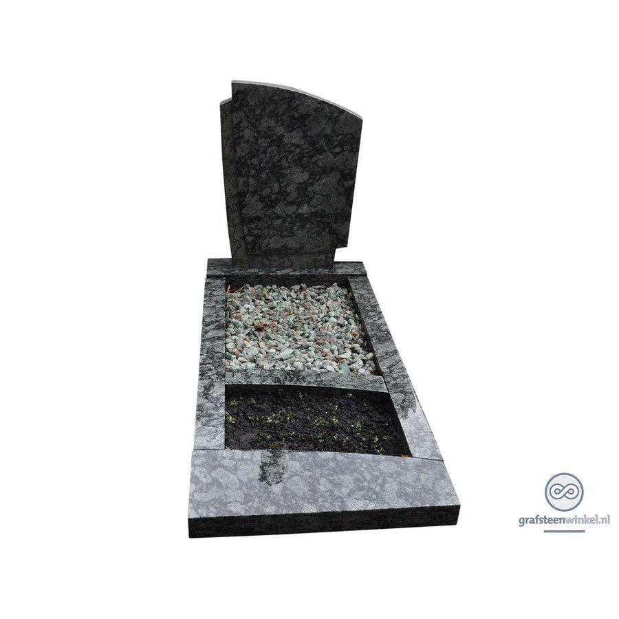 Groenachtige grafsteen met omranding