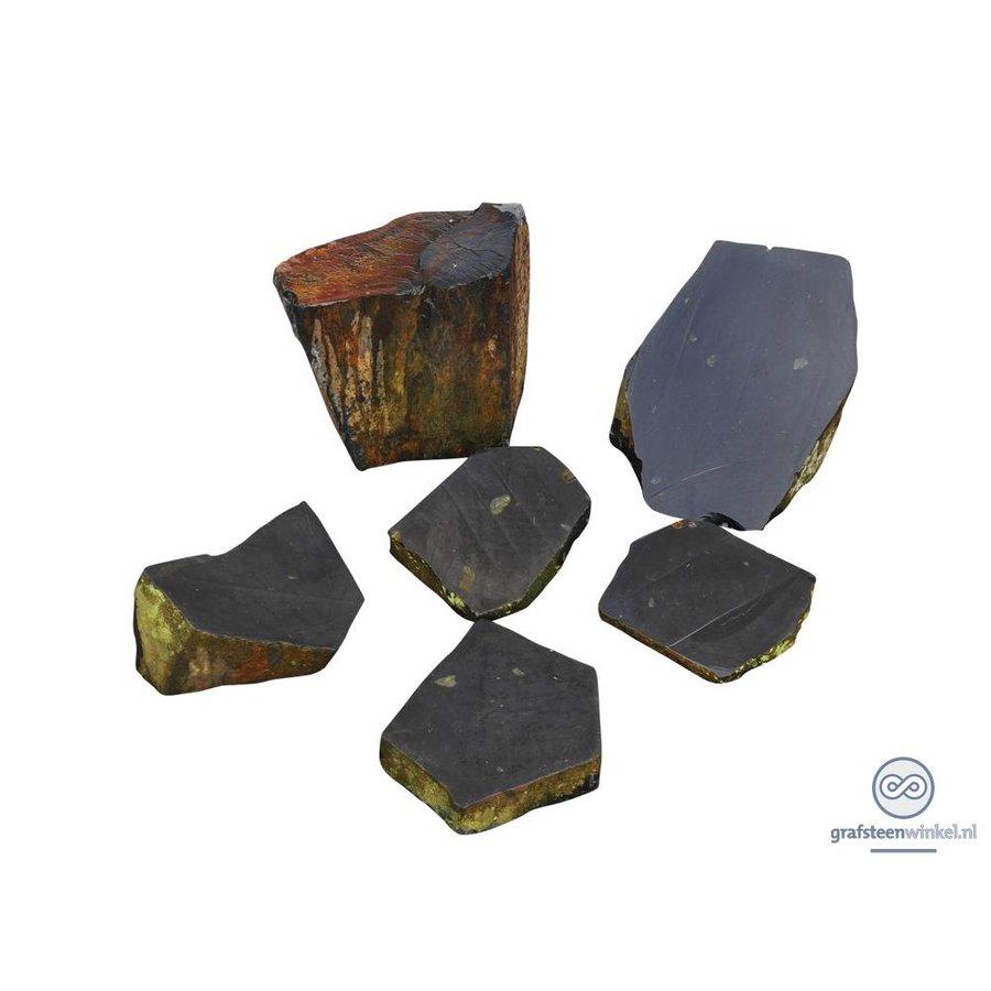 Diverse natuurlijk gevormde grafstenen