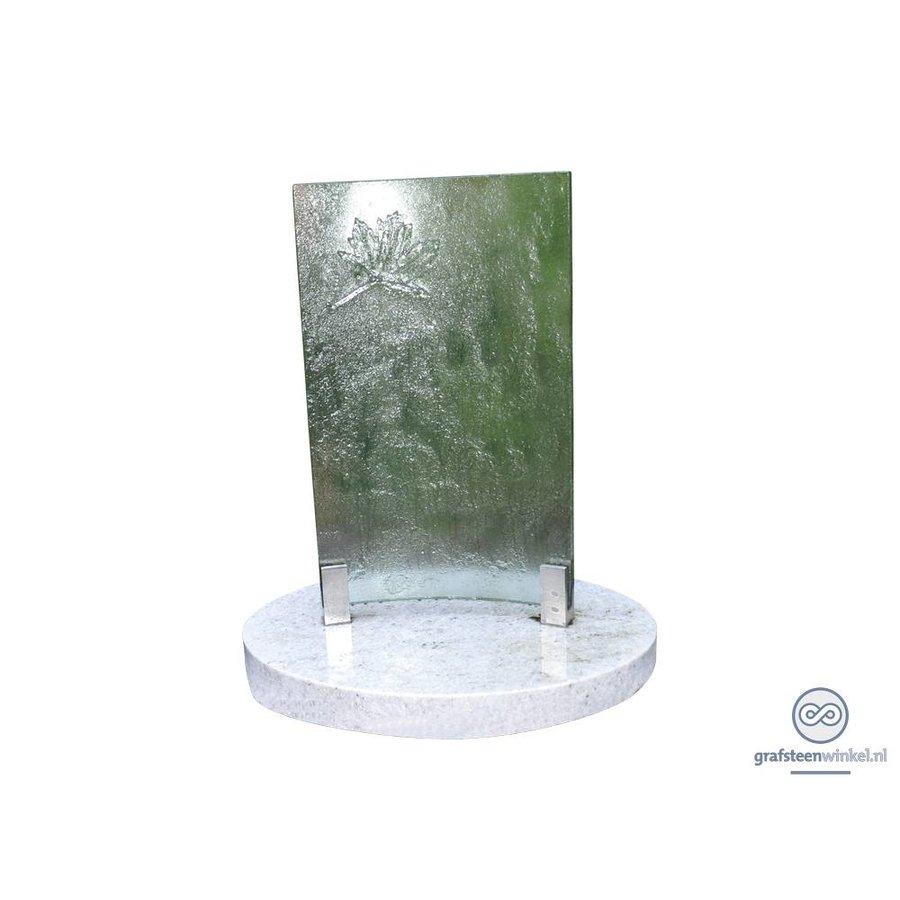 Witte natuurstenen voet met glazen plaat grafsteen