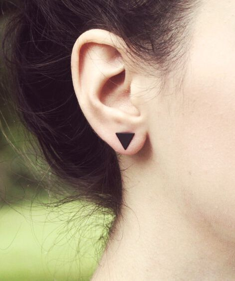 Lovelymusthaves Closed triangle earstuds minimalist silver/gold/black