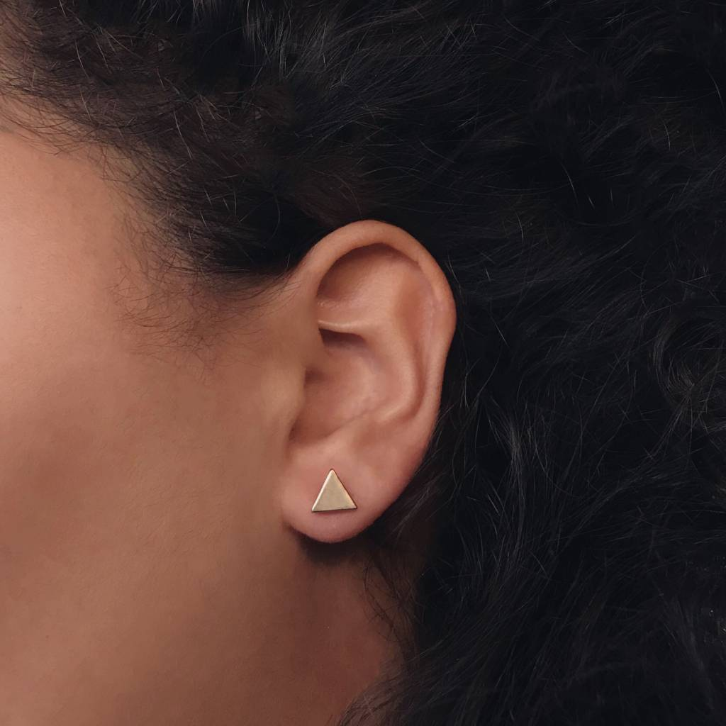 Lovelymusthaves Dichte driehoek minimalistische oorbellen