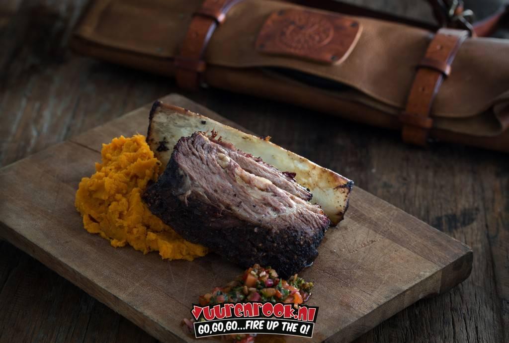 Gerookte short-rib met Beefalicius rub, puree van gepofte zoete aardappel en red chimichurri