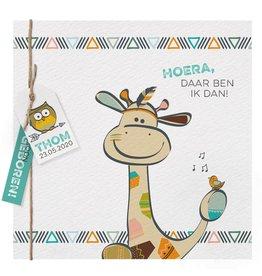Belarto Welcome Wonder 2017 Geboortekaart met vrolijke giraf en labeltje aan touwtje