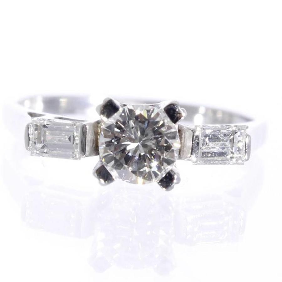 14 kt witgouden ring bezet met 1.04ct aan briljant en baquette geslepen diamant