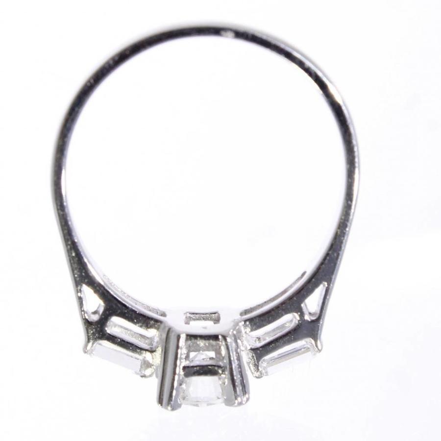 14 krt witgouden ring bezet met 1 briljant en 2 baquette geslepen Diamanten. totaal 1.04ct