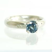 14 krt. wit gouden ring met saffier en briljanten