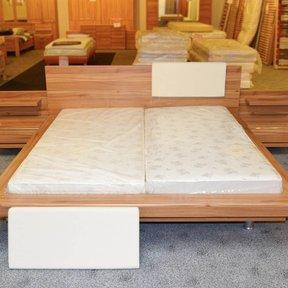 Aussteller! Doppelbett mit eingebautem Licht und Nachttischen