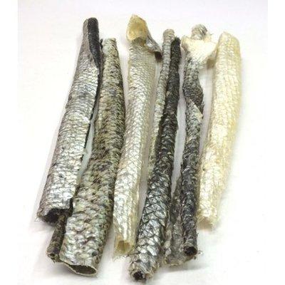 Gedroogde zalmhuiden, een gezonde snack voor de hond.