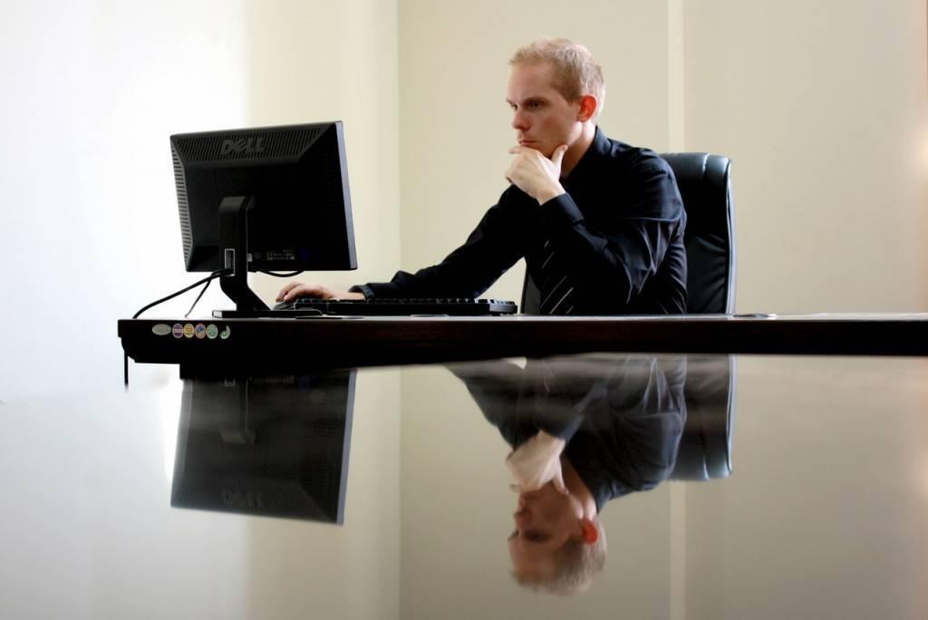 Een ergonomische bureaustoel helpt tegen rugklachten, nekklachten en/of schouderklachten