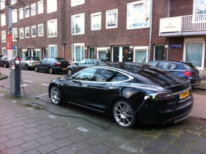 Tesla model S wordt geladen