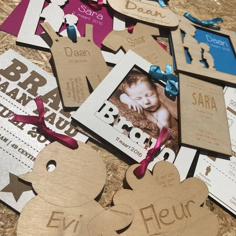 Proef houten geboortekaartje met eigen tekst